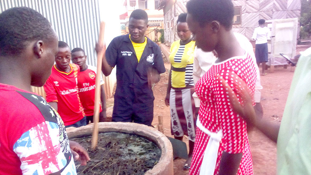 Youth demostrate how organic manure is made out of cow dung during their training at Katende Harambe Rural Urban Training Centre on September 25,2018